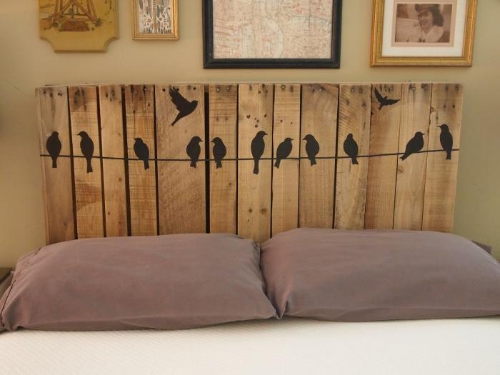 tete de lit en palette, décoration de la tête de bois avec stickers murals à design oiseaux et couleur noire