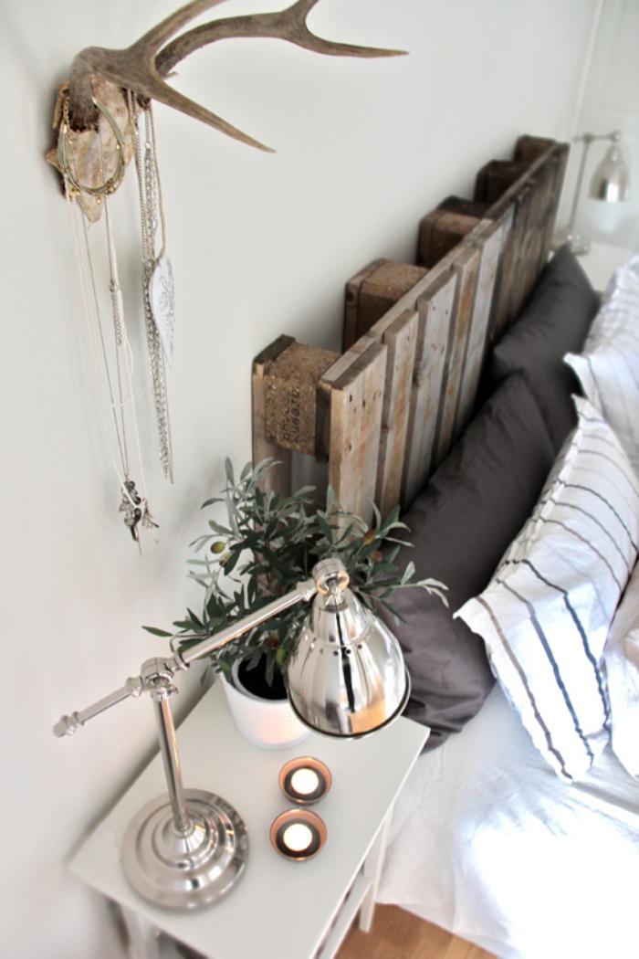 fabriquer tete de lit, décoration intérieur de style bohème avec meubles en bois et plantes vertes