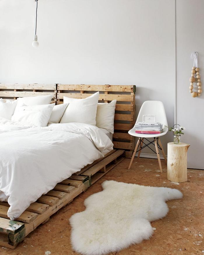 que faire avec des palettes, espace cocooning avec murs blancs et plancher à design bois avec petit tapis de faux fur