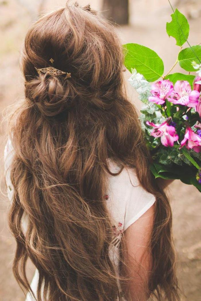 La coiffure mariée bohème coiffure de mariée cheveux longs demi bun