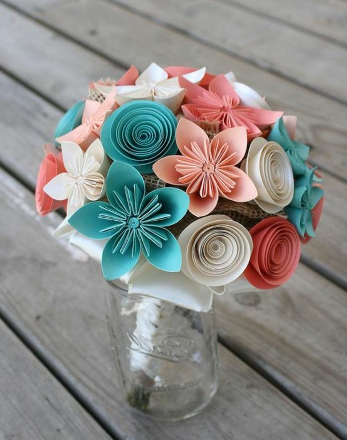 fleur en papier origami, idée comment faire des leurs en papier rose, bleu, blanc et rouge, un bouquet mis dans un pot en verre