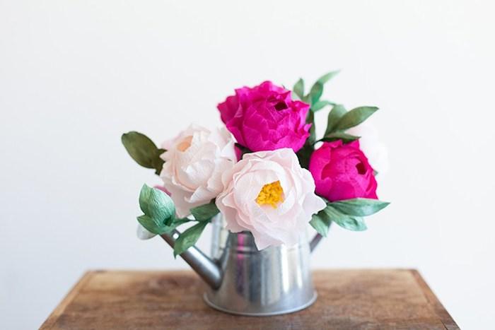 un arrosoir rustique rempli de fleurs papier crepon couleur rose et fuchsia, idée de deco centre de table campagne chic