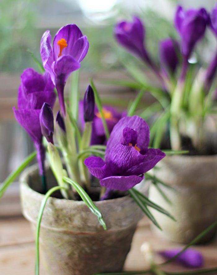 exemple de fleurs papier crepon violettes dans un pot de terre cuite, diy deco maison florale simple