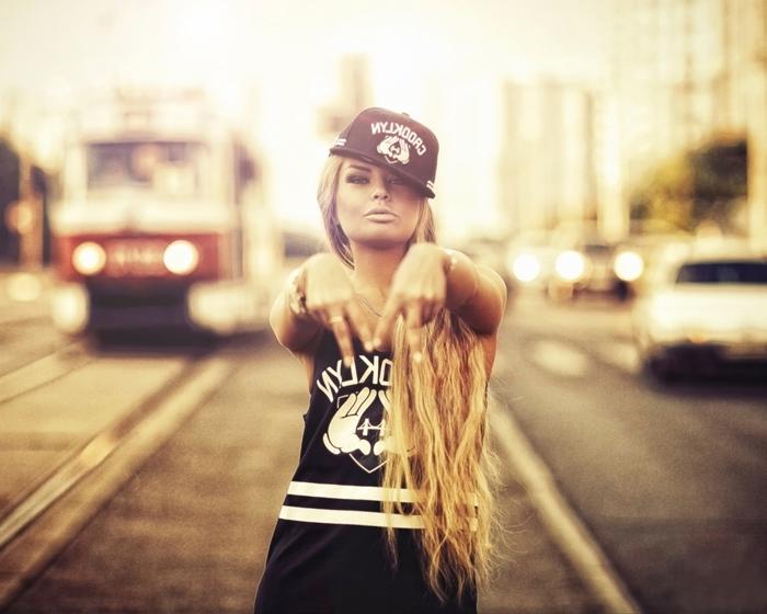 fond ecran hd, fille swag aux cheveux longs blonds et casquette noire habillée en style swag noir et blanc