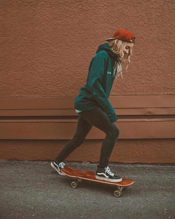 image swag pour fond d'écran, jeune fille swag aux cheveux longs et casquette rouge habillée en vêtements swag verts