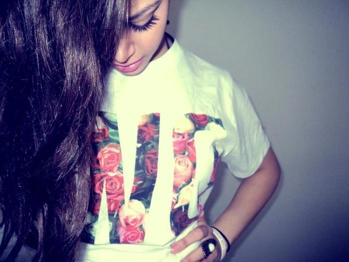 fond d'écran swagg, photo fille swag aux cheveux longs noirs et t-shirt blanc à lettres en design rose
