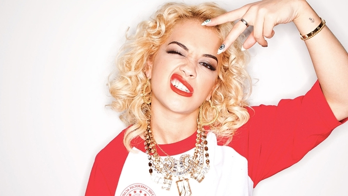 fond d'écran stylé, Rita Ora aux cheveux mi-longs et bouclés habillée en t-shirt blanc aux manches rouges