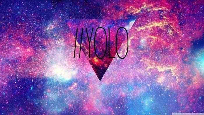 fond d'écran hd paysage, photo digitale en couleurs violet et bleu à design cosmos et lettres inspirantes yolo