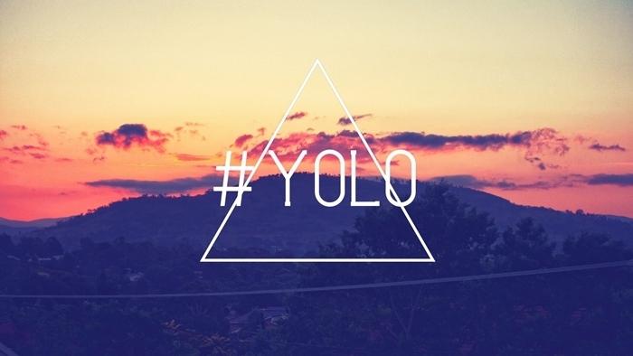 fond d'écran hd paysage, photo avec citation inspirante yolo à design coucher de soleil et vue vers les montagnes