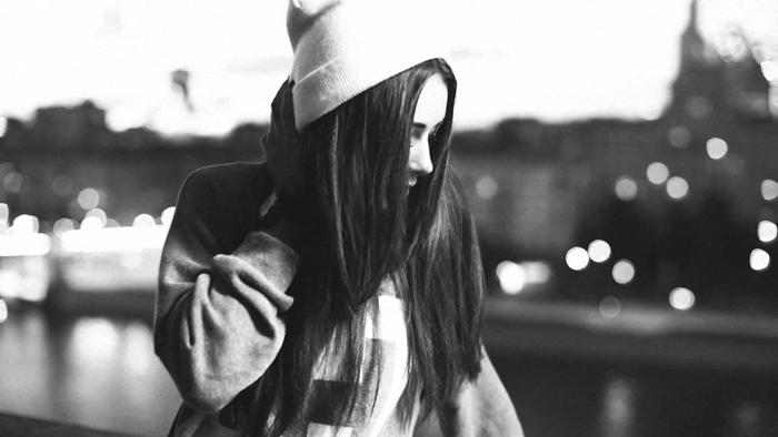 fond d'écran hd noir et blanc, photo de fille swag ado aux cheveux longs et bonnet blanc