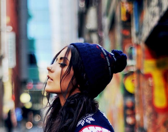 fond d'écran swagg pour ordi, jeune fille habillée en style swag avec bonnet bleu foncé et pull à design noel