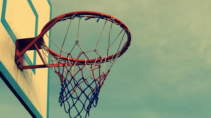 image swag pour fond d'écran, photo de style swag avec ciel bleu aux nuages blanches et panier de basket