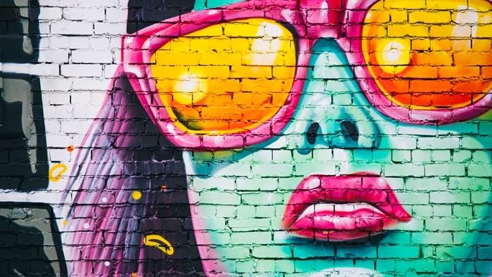dessin fille swagg, art en forme de graffiti sur mur de la rue en briques blanches à design visage de fille swag