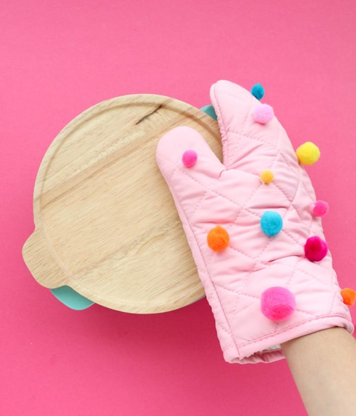 exemple de gant anti chaleur rose customisé de pompons colorés, idee cadeau noel maman simple a faire soi meme