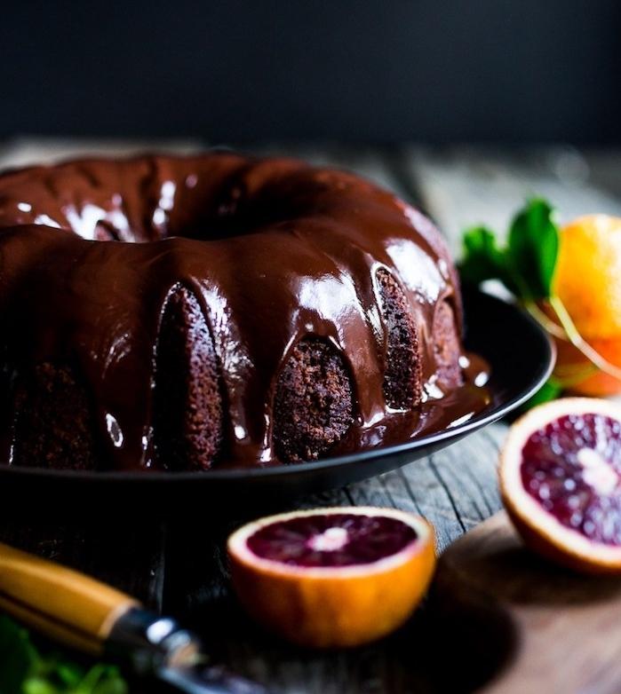 gateau au chocolat noir avec glacage miroir chocolat pour décorer le dessert, idée de gâteau de noël