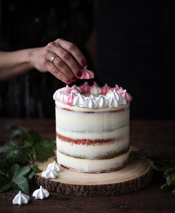 nappage gateau à la crème épaisse et décoration de meringues, idée comment faire un glaçage