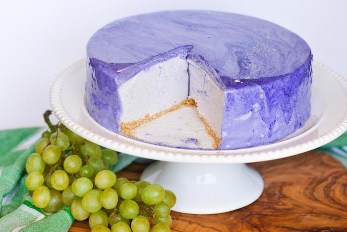 idée de glacage miroir chocolat blanc avec colorant violet sur un gateau blanc, idée de dessert original