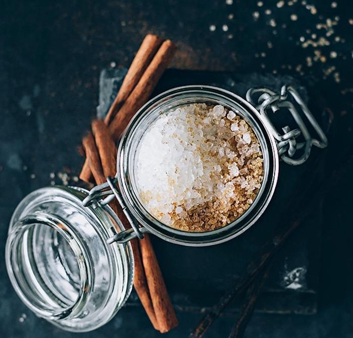 idee cadeau noel a faire soi meme, gommage au sucre, cannelle et vanille, bricolage facile diy produit soin corps