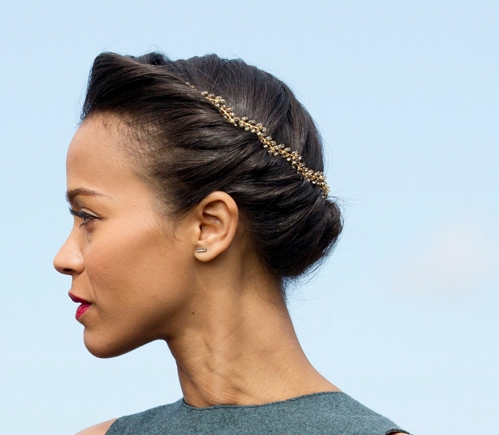 coiffure tresse chignon, coloration de cheveux noirs, idée coiffure de cérémonie officiel avec bijoux de tête
