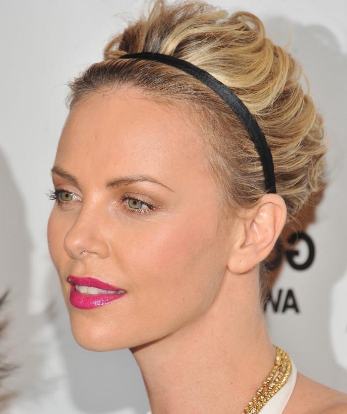 idée coiffure, coiffure celebrité aux cheveux courts de couleur châtain clair avec pointes éclaircies blondes