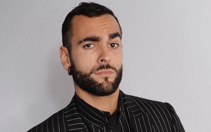 homme brun coiffure courte dégradée début calvitie avec barbe