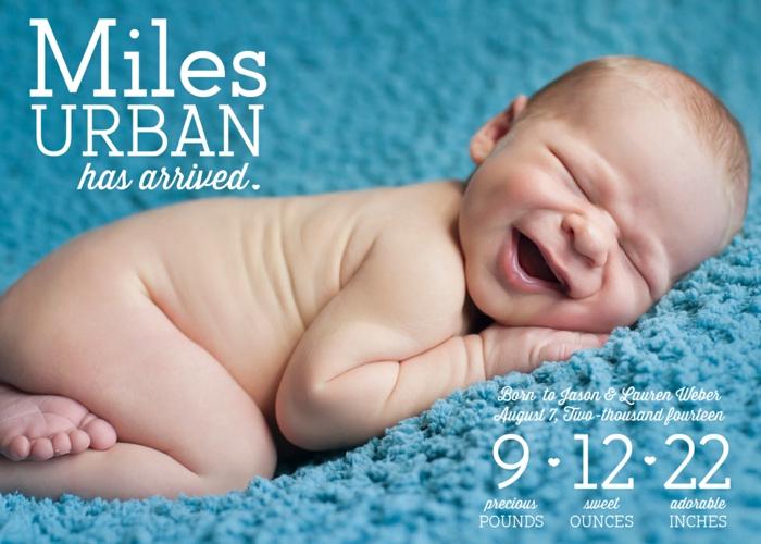 idée faire part naissance, petit garçon adorable photographié sur une couverture bleue
