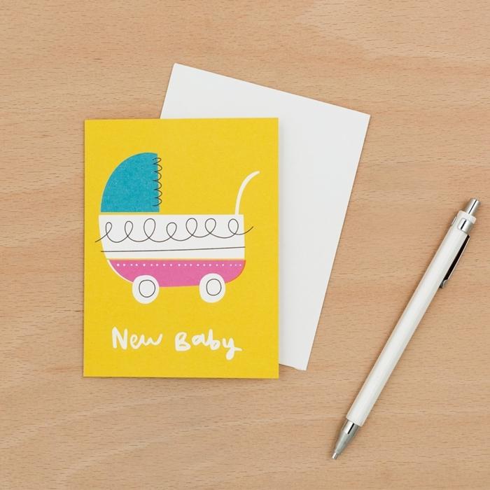 idée fairt part naissance, poussette de bébé colorée collée sur du papier jaune