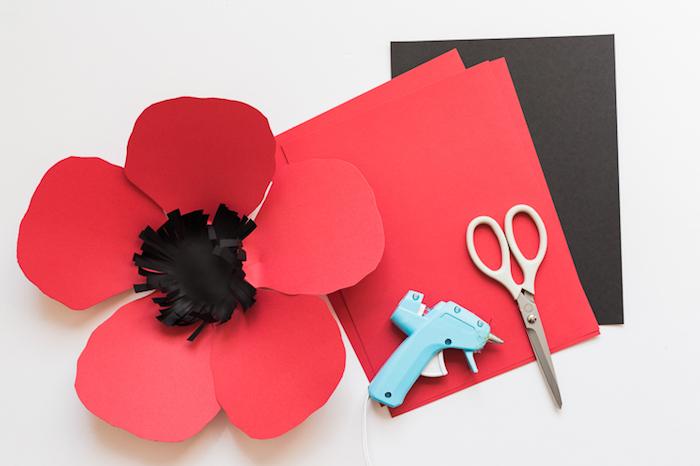 comment faire une fleur en papier, matériaux nécessaires, papier roug et noir, grosses pétales et coeur rond frangé