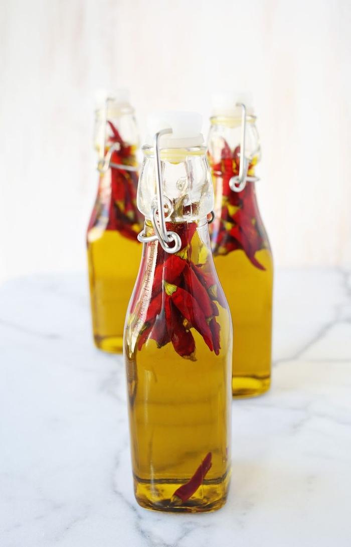 idees cadeaux pour les hommes qui apprécient les plats épicés et la bonne cuisine, recette d'huile épicée faite maison à offrir comme cadeau de noël