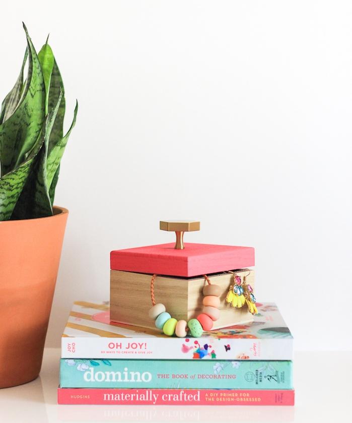 cadeau noel maman simple, boîte à bijoux en bois à couvercle customisé de peinture rose avec des bijoux à l intérieur