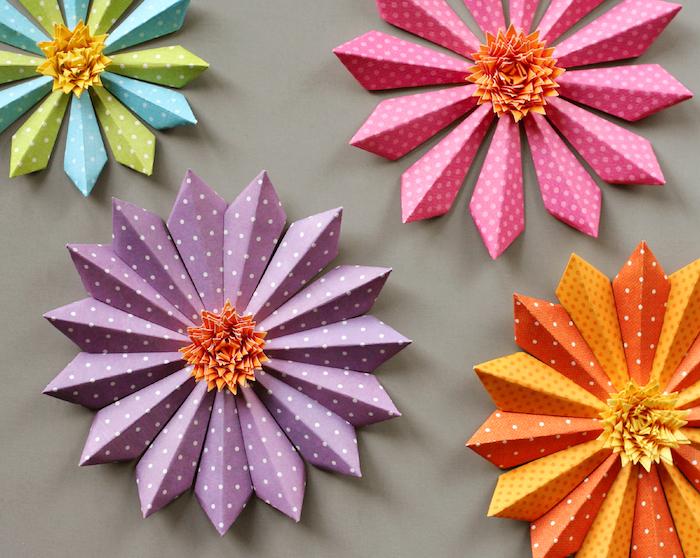 exemple comment faire des fleurs, grosses pétales de fleur sen papier violet, orange, bleu, vert et rose et centre jaune