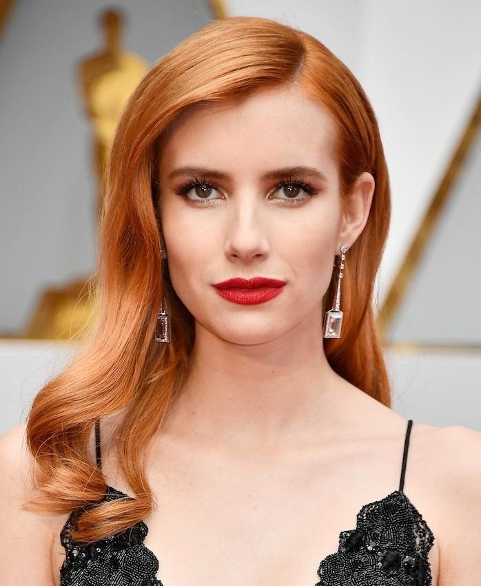 cheveux couleur blond cuivré longs avec coiffure vintage aux points bouclés et robe noire en donettel, rouge a levres rouge