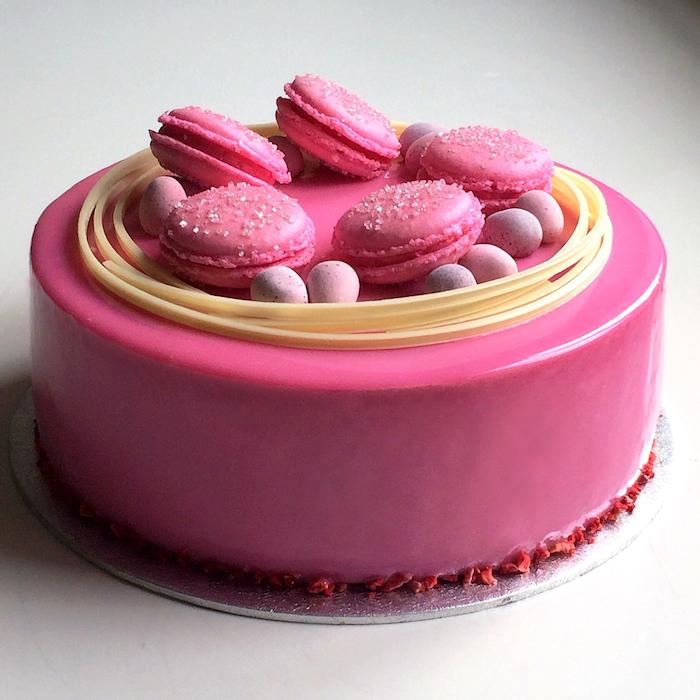 glacage miroir chocolat blanc avec colorant alimentaire rose et décoration de bonbons et macarons rose