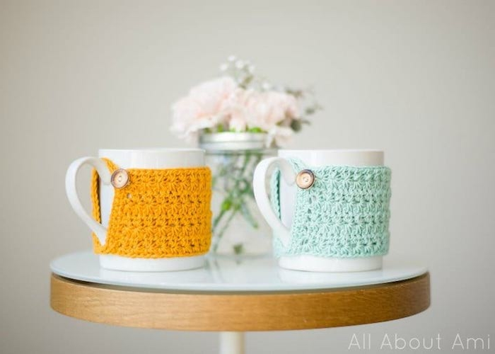 housse de mug en tricot de laine jaune et bleu ciel, cadeau de noel a fabriquer facilement pour maman , papa