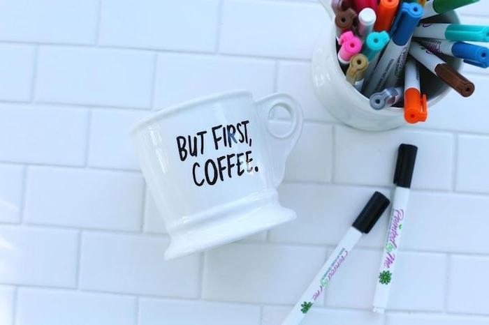 comment customiser une tasse blanche au marqueur noir, mug personnalisé, idée cadeau pour sa meilleure amie a faire soi meme
