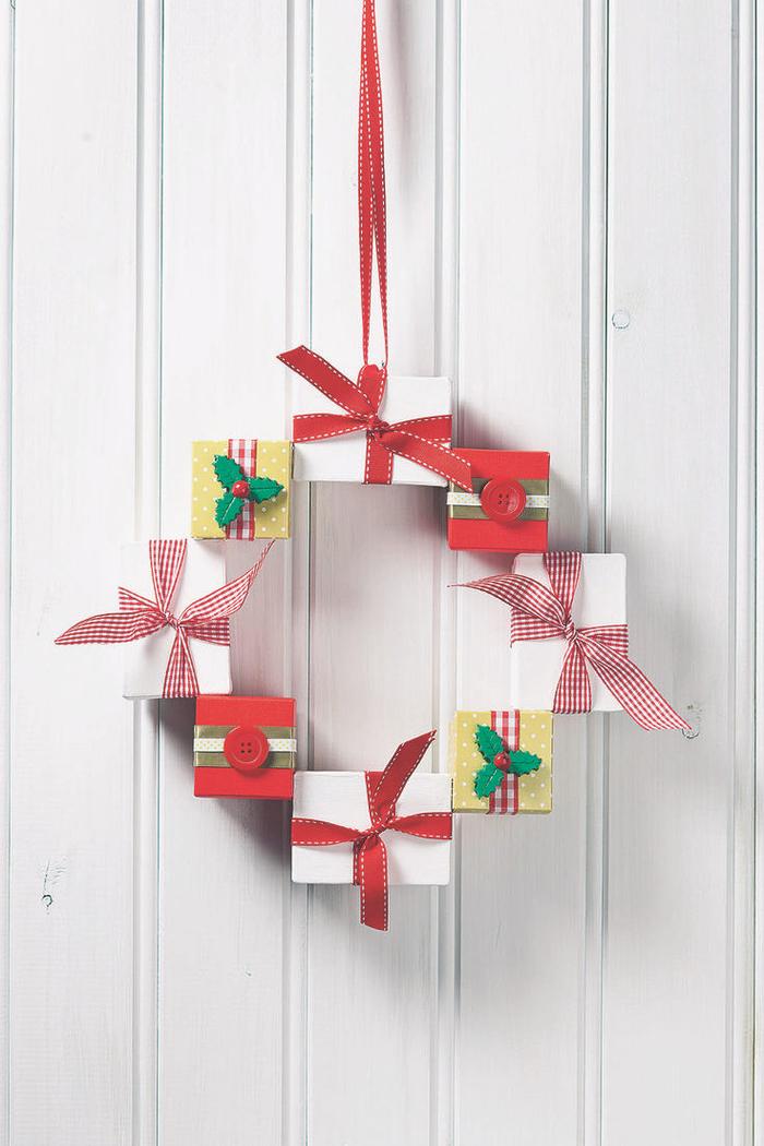 joli projet diy noel pour réaliser une suspension de mini-boîtes de cadeaux en forme de couronne de noel