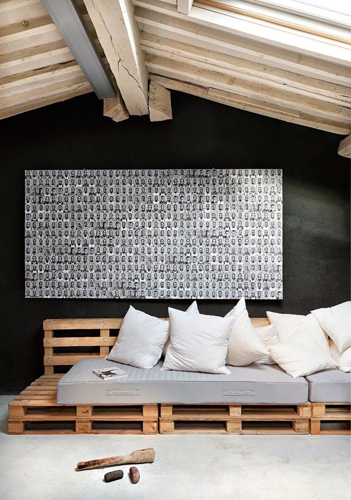 aménagement moderne d une chambre sous combles avec canapé en palette version cosy
