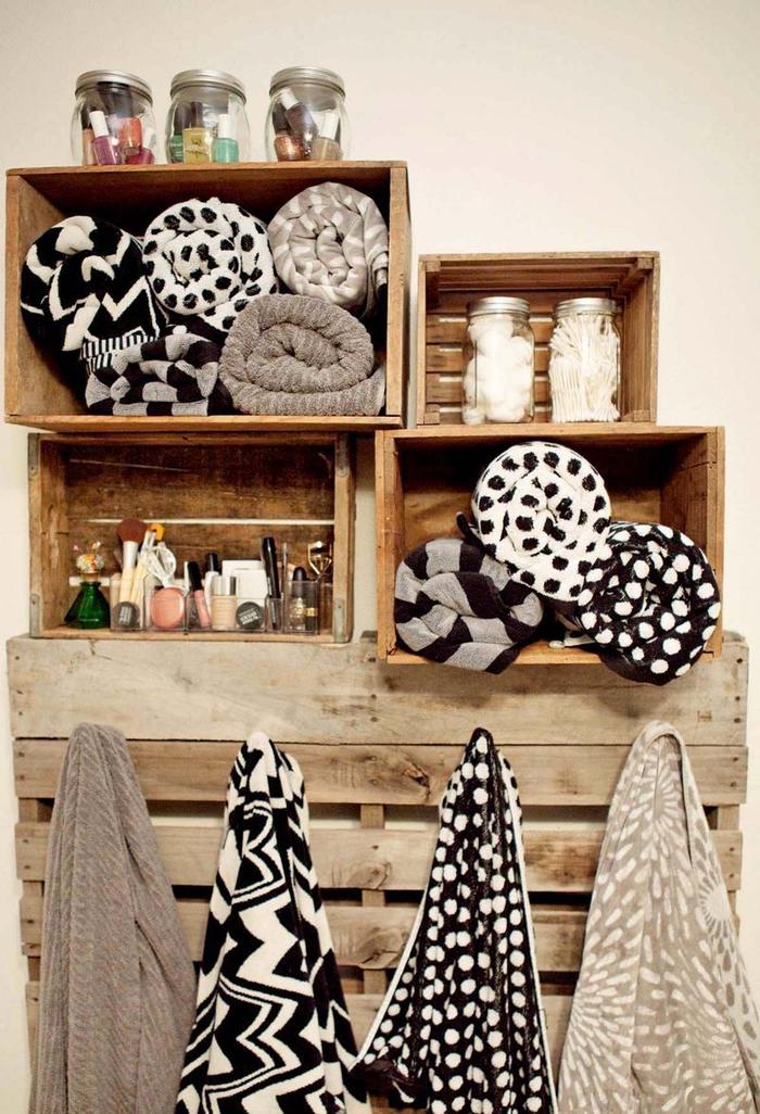 idée récup pour un meuble palette fonctionnel dans la salle de bain,une porte-serviette en palette avec des étagères en cagettes