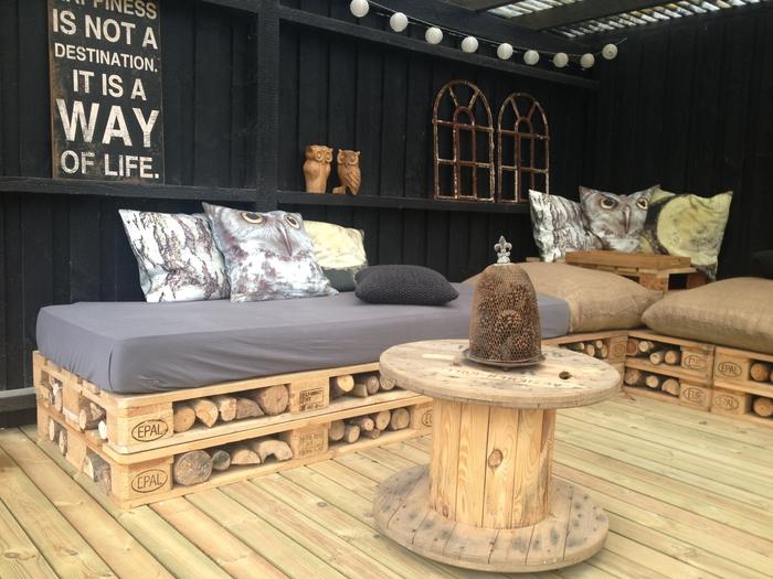 meuble exterieur en palette qui combine la fonctionnalité et le confort, canapé d'angle pour l'extérieur avec espace de rangement pour le bois