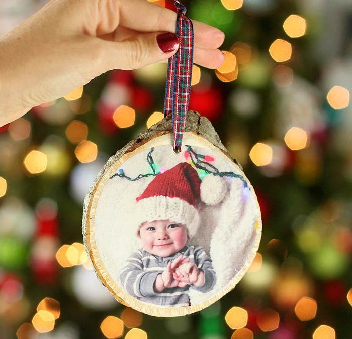 cadeau de noel a fabriquer, ornement de noel en rondin en bois customisé de photo bébé pour décorer le sapin de noel