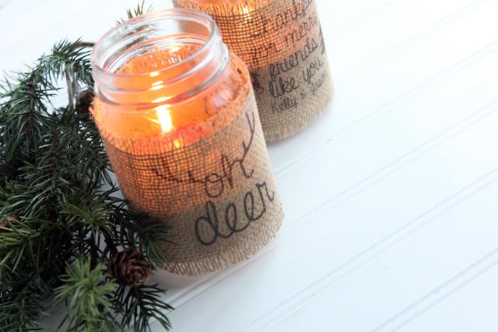 pot en verre cutomsié de bande de jute avec écriture noire et bougie à l interieur, photophore original, cadeau de noel pas cher