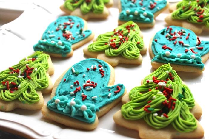 idée de sables de noel, biscuits en formes diverses, motif gant et sapin décoré de glaçage au beurre bleu et vert et vermicelles rouge et blanc, recette de glacage