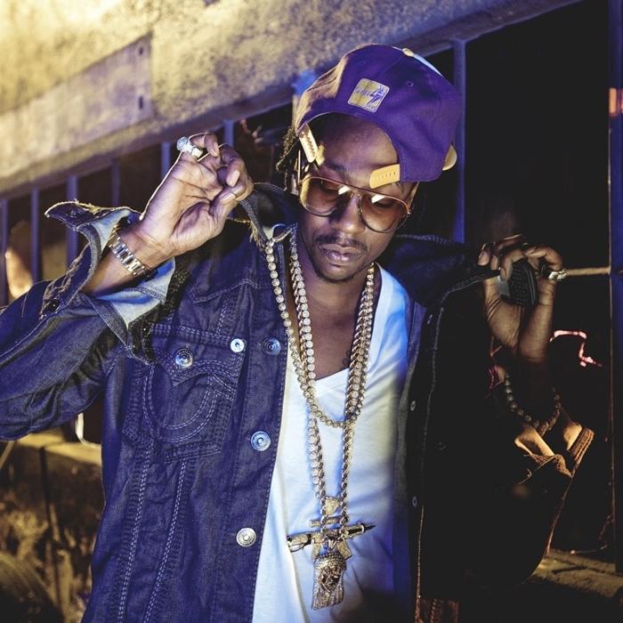 photo d'écran célébrité hip hop, comment être swag avec veste en jeans et bijoux en or