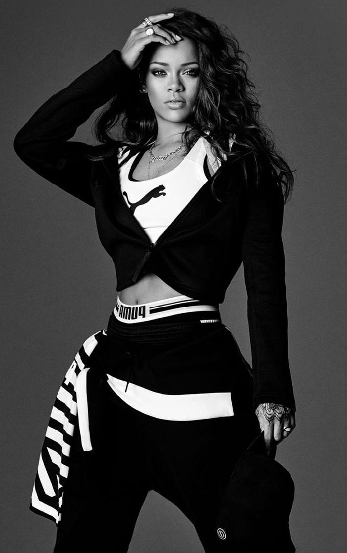 photo blanc et noir de Rihanna aux cheveux longs et bouclés habillée en style swag avec vêtements sportifs
