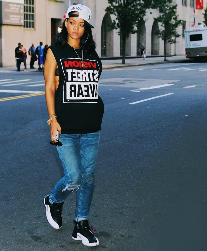 fond d'écran téléphone, Rihanna aux cheveux noirs et habillée en jeans et t-shirt swag noir