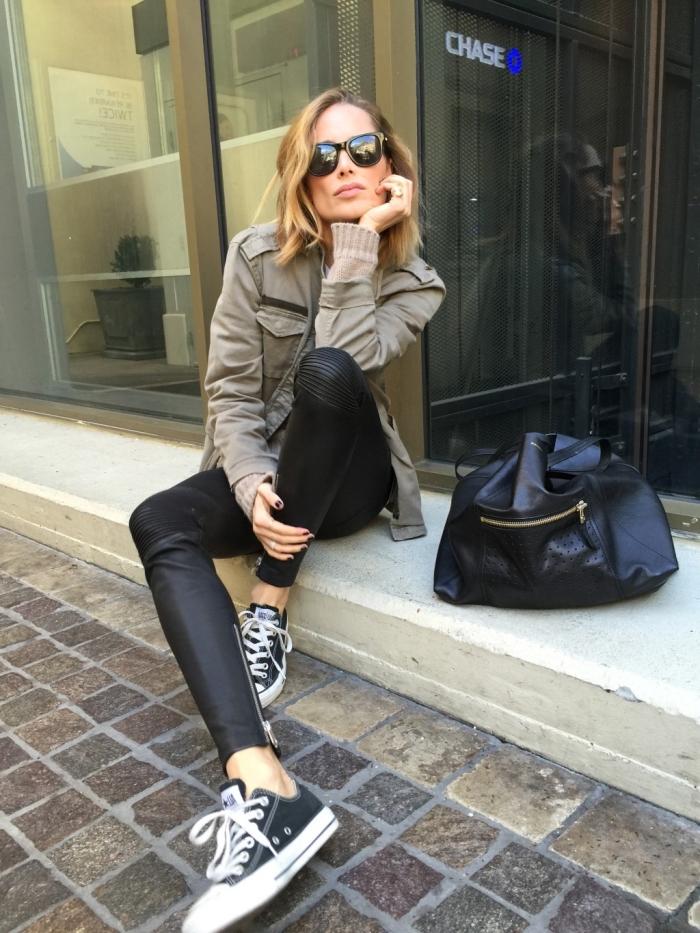 couleur kaki, s'habiller bien avec pantalon en cuir noir et pull beige combinés avec accessoires noirs