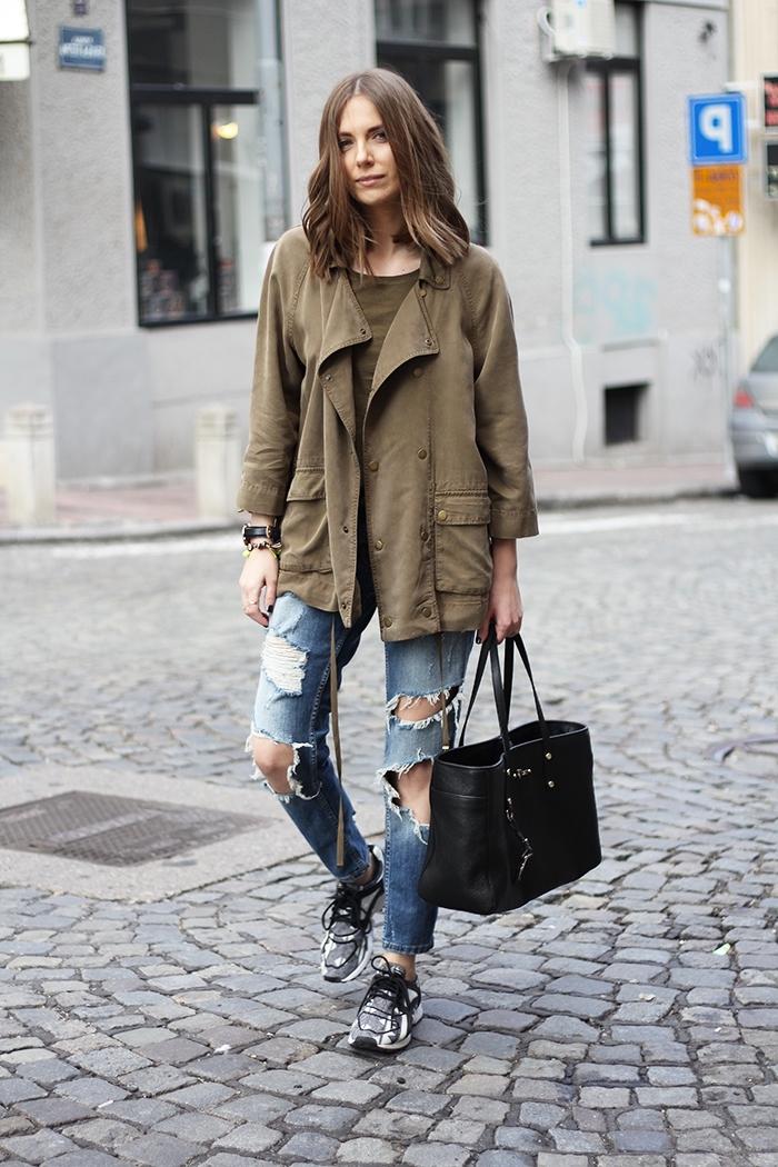 association couleur vetement, look casual avec paire de jeans déchirés et blouse de nuance kaki avec sac à main en cuir noir