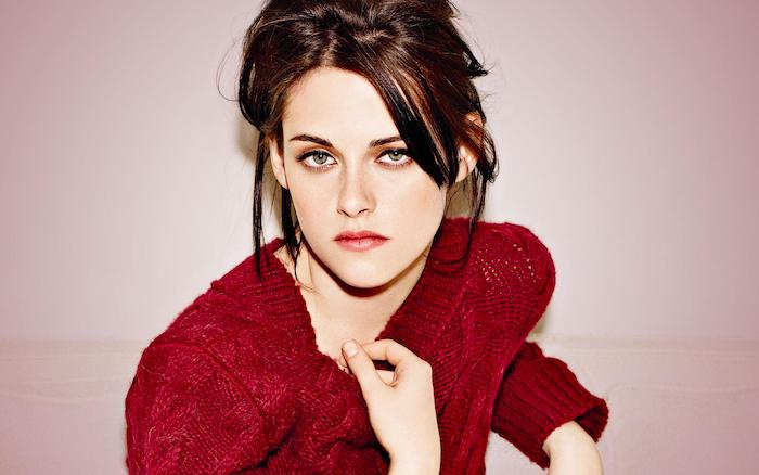 krisent stewart er ses cheveux couleur auburn avec de lég'ères éclats roux, pull rouge tricot et des yeux verts