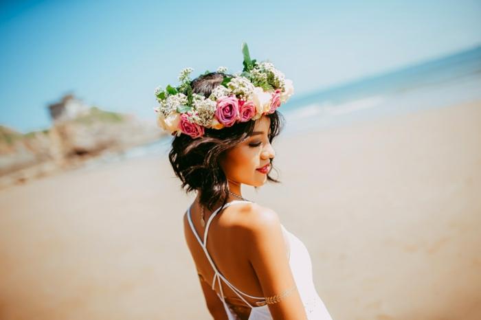 Tenue et coiffure mariée boheme coiffure mariée cheveux mi longs plage coiffure de mariée avec couronne de fleurs