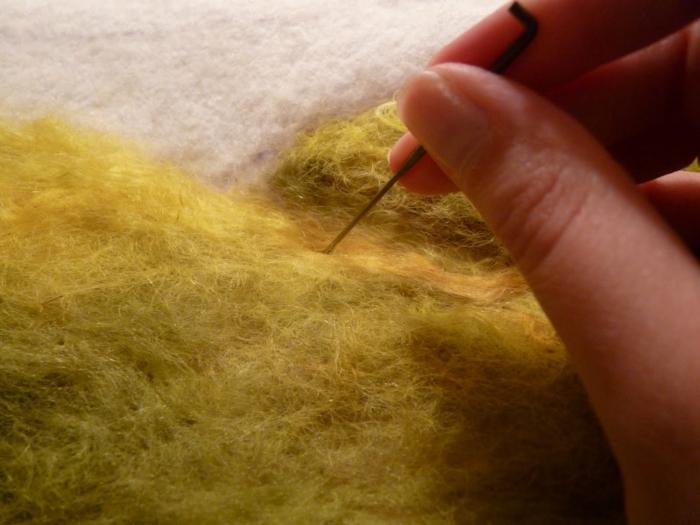 laine cardée, feutrer des mèches de laine verte pour créer un panneau artistique